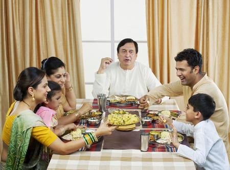 Gujarati familie lunchen