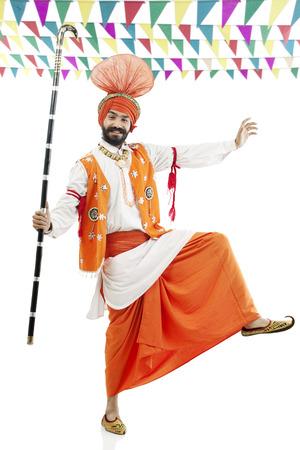 kurta: Sikh man posing with Khundis Stock Photo