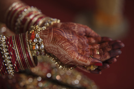 bangles hand: Brides hands covered with henna