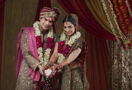 전통적인 결혼식에서 웃는 신부 및 신랑의 초상화
