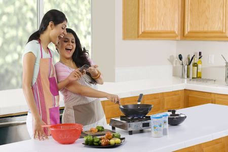 어머니와 딸이 부엌에서 요리하기 스톡 콘텐츠