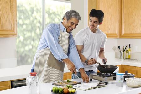 부엌에서 음식을 조리하는 아버지와 아들
