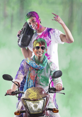 Men enjoying themselves on holi Imagens