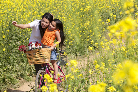 30 35 years: Mother and daughter enjoying in a field Stock Photo
