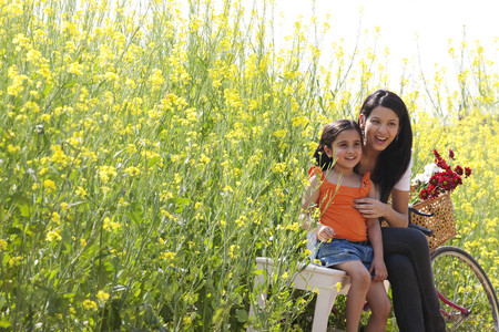 30 35 years: Mother and daughter sitting in a field