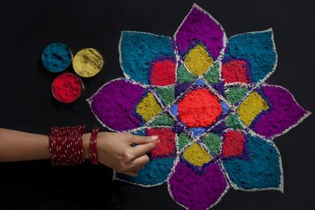 rangoli 만드는 여자의 손의 높은 각도보기 스톡 콘텐츠