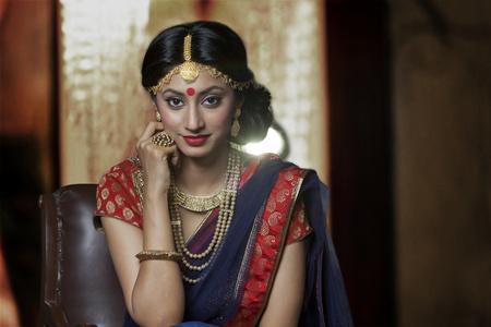 Portret van een mooie bruid met juwelen Stockfoto