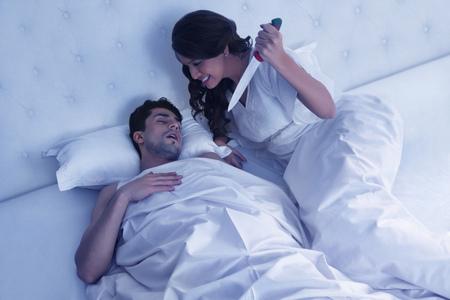 잠자는 남편을 찌르는 여자