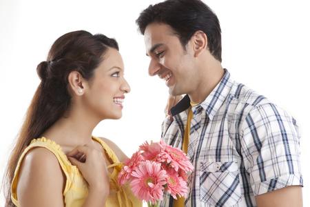 若いカップルの花