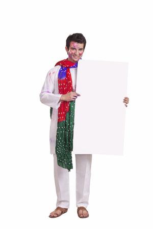 robo: Retrato de un joven sosteniendo una pizarra