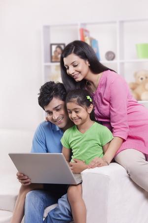 노트북을보고있는 가족
