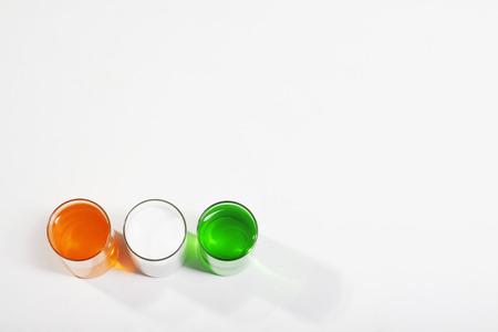 ガラスの異なる色塗料