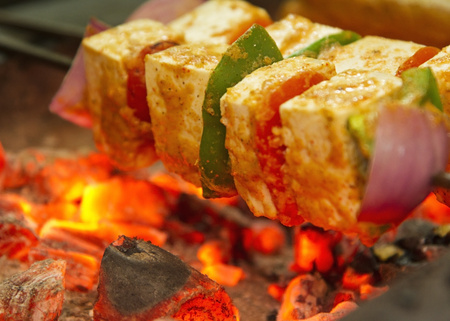 Verse kwark kabab die wordt gebarbecued
