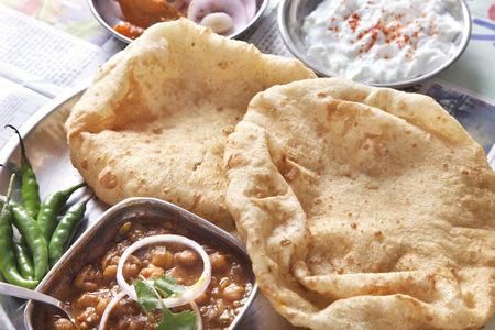 근접 chole bhature 테이블에서 제공
