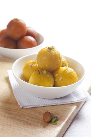 Laddu and gulab jamun in a bowl 版權商用圖片 - 81260538