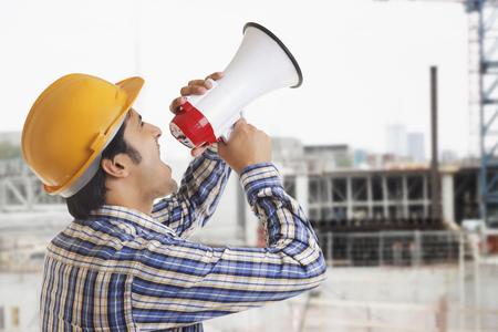 通信: Building Contractor shouting through megaphone