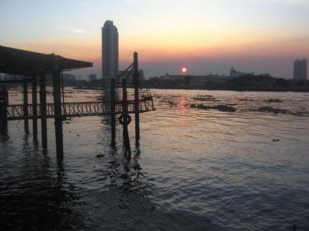 phraya: Puesta del sol hermosa en el Chao Phraya Riverside en Tailandia Editorial