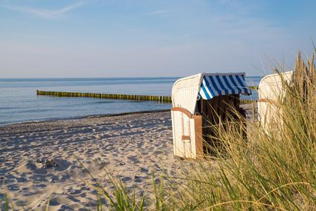 Vue panoramique de la mer Baltique avec des chaises de plage et des dunes Banque d'images - 88966618