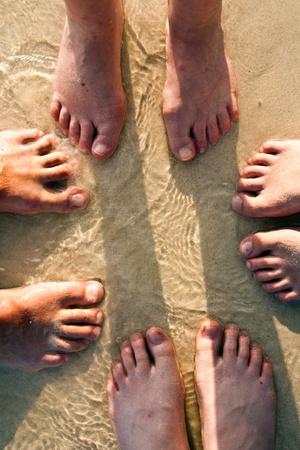 huellas pies: pies de una familia en la arena fina de varada, agrupados en un c�rculo