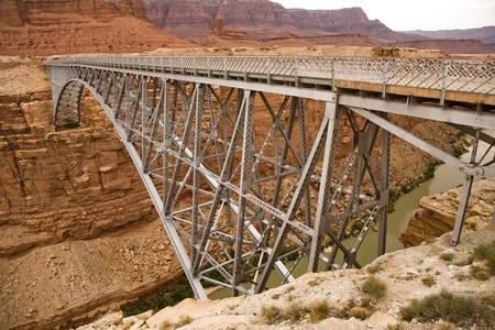 大理石の峡谷でコロラド州にまたがる古いナバホ橋