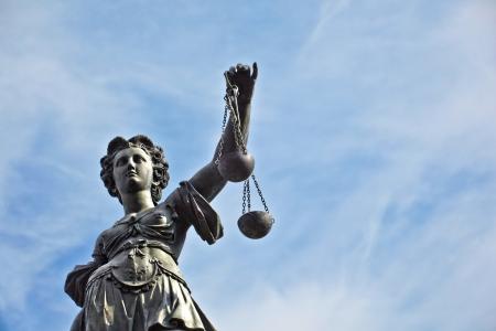 gerechtigheid: Standbeeld van Vrouwe Justitia in de voorkant van de Romer in Frankfurt - Duitsland