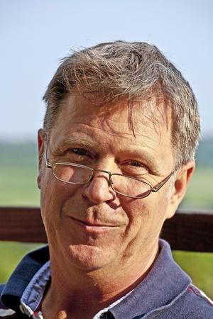 gafas de lectura: hombre con gafas positiva y optimista de lectura