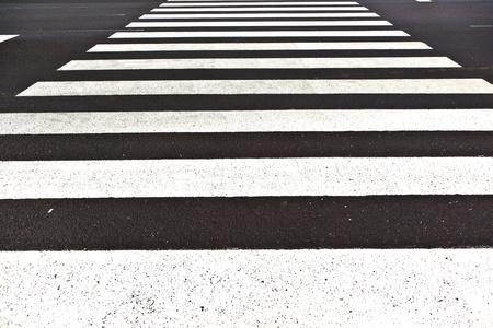 senda peatonal: se pintan signos para paso de peatones en la calle