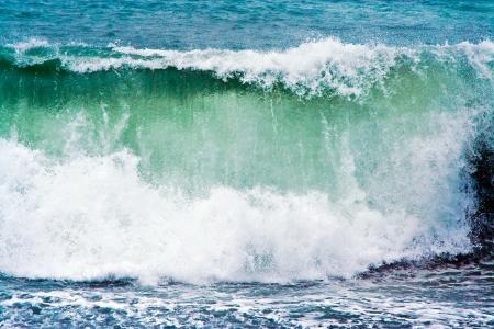 big wave: fuertes olas con la cresta de la ola blanca en tormenta en la playa de Janubio, una playa negra volc�nica, Lanzarote, Espa�a