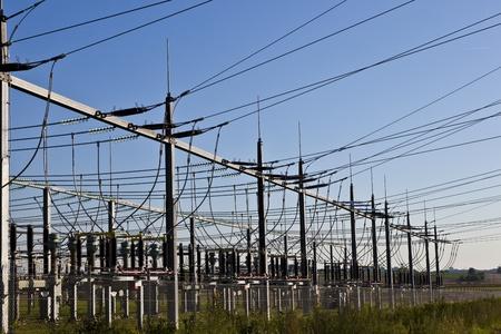 central el�ctrica: planta de energ�a el�ctrica en hermosa pradera colorido