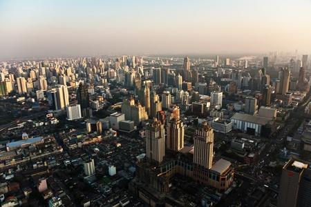 사무실 블록 및 콘도를 보여 방콕의 스카이 라인에 걸쳐보기