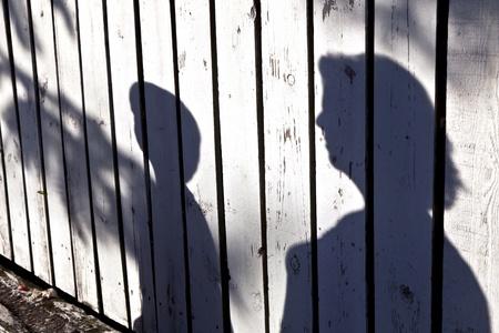 gölge: ahşap çit anne ile bir çocuk gölge