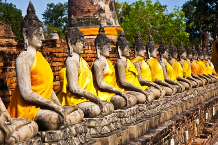 tempels: Boeddhabeelden in de tempel van Wat Yai Chai Mongkol in Ayutthaya in de buurt van Bangkok, Thailand