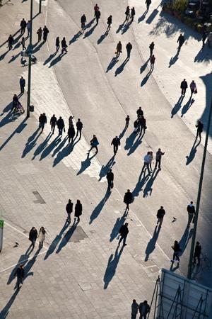 aerial: persone che camminano in una zona pedonale, vista da uccelli vista, alla ricerca di antlike Archivio Fotografico