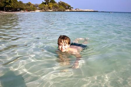 Boy hat Spaß in der wunderbaren warmen Ozean und genießt das Wasser Standard-Bild - 9382462