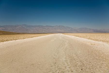 the deepest: Badwater, el punto m�s profundo en los Estados Unidos, Saltsee mezclado con minerales en el Valle del desierto, m�s profundo que el nivel del mar Foto de archivo