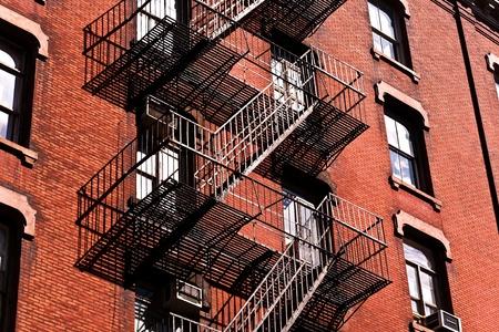 stucco facade: scala di fuoco nella vecchie case downtown di New York