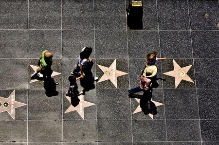 wiedererkennen: HOLLYWOOD, LOS ANGELES - Juli 5: Passanten dem Walk of Fame in Hollywood an einem sonnigen Tag am Juli 5,2008, Los Angeles, USA