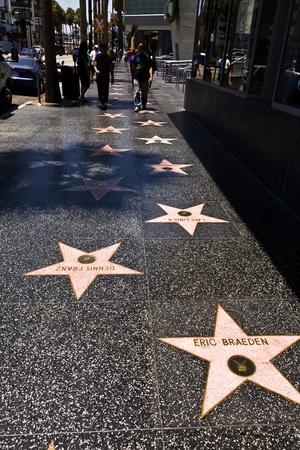 HOLLYWOOD, LOS ANGELES - el 5 de julio: gente pasar el Paseo de la fama de Hollywood en un día soleado en julio 5,2008, Los Angeles, Estados Unidos