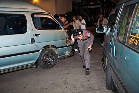 calm down: BANGKOK, Thailandia - 6 maggio: La polizia cerca di calmare demonstrants - fornitori di Patpong Night Market che manifestare contro confiscando loro falso marchio plagiates, poliziotto proteggere la testa dal volano pietre, 6 maggio 2009 a Bangkok, Thailandia Editoriali
