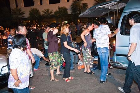 calm down: BANGKOK, Thailandia - 6 maggio: La polizia cerca di calmare demonstrants - fornitori di Patpong Night Market che manifestare contro confiscando loro falso marchio plagiates, auto � saccheggiata da demonstrants 6 maggio 2009 a Bangkok, Thailandia Editoriali