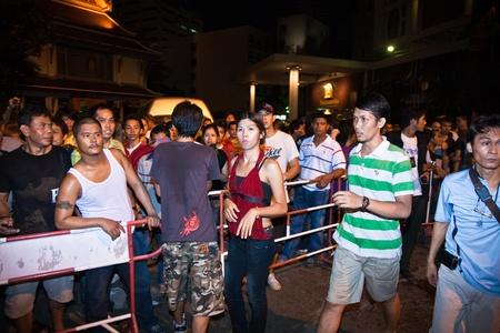 calm down: BANGKOK, Thailandia - 6 maggio: Polizia cerca di calmare demonstrants - fornitori di Patpong Night Market che manifestare contro confiscando loro falso marchio plagiates, 6 maggio 2009 a Bangkok, Thailandia