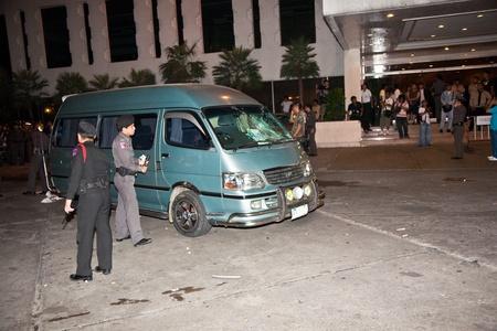 calm down: BANGKOK, Thailandia - 6 maggio: Polizia cerca di calmare demonstrants - fornitori di Patpong Night Market che manifestare contro confiscando loro falso marchio plagiates Padpong mercato, 6 maggio 2009 a Bangkok, Thailandia