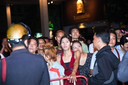 calm down: BANGKOK, Thailandia - 6 maggio: La polizia cerca di calmarsi demonstrants - fornitori di Patpong Night Market che manifestare contro confiscando loro falso marchio plagiates, poliziotti sul lavoro di calmare la demonstrants, Padpong del mercato, 6 maggio 2009 in
