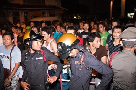calm down: BANGKOK, Thailandia - 6 maggio: Polizia cerca di calmare demonstrants - fornitori di Patpong Night Market che manifestare contro confiscando loro falso marchio plagiates, poliziotti a lavorano, Padpong mercato, 6 maggio 2009 a Bangkok, Thailandia