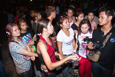 calm down: BANGKOK, Thailandia - 6 maggio: Polizia cerca di calmare demonstrants - fornitori di Patpong Night Market che manifestare contro confiscando loro falso marchio plagiates, demonstrants sono intervistati dalla stampa, TV, 6 maggio 2009 a Bangkok, Thailandia