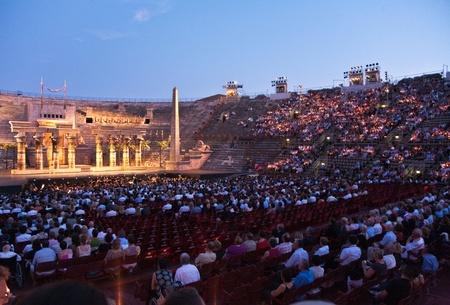 chanteur opéra: VERONA, ITALY - August  5: people are waiting for the start of the opera in the arena of verona August 05,2009, Verona, Italy.