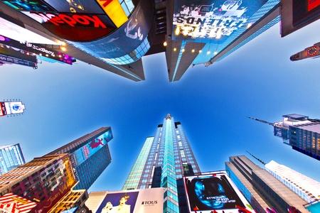 NEW YORK CITY - 8. Juli: Times Square, Broadway Theater und mit riesigen Anzahl von LED-Schilder gekennzeichnet, ist ein Symbol für New York City und in den Vereinigten Staaten, 8. Juli 2010 in Manhattan, New York City.