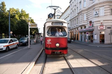 wiedeń: VIENNA, AUSTRIA - 21 lipca: oryginalnego lokalnego Tramwaj Wiedniu bÄ™dzie przez harmonogram stacji PRATERSTERN lipca 21,2009 w Wiedniu. Publikacyjne