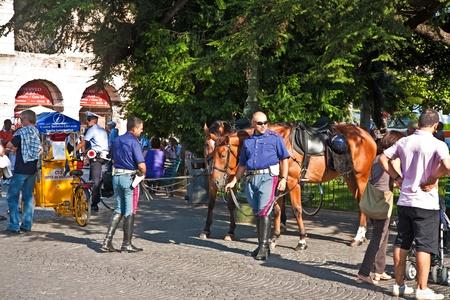 VERONA, Italien - AUGUST 05: Polizei mit Pferden sind die Besucher am Piazza BRA außerhalb der Arena di Verona am August, 05,2009 Verona, Italien Bewachung