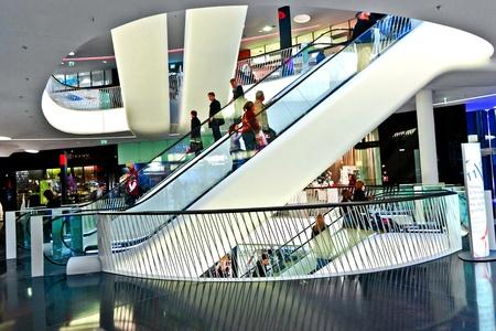 departamentos: FRANKFURT, Alemania - el 21 de agosto: Arquitectura moderna en el nuevo centro comercial particular por el arquitecto M. Fuksas simboliza un r�o seco en luz por la tarde el 21 de agosto de 2010 en Frankfurt, Alemania.